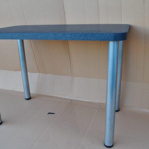 juodas virtuvinis stalas